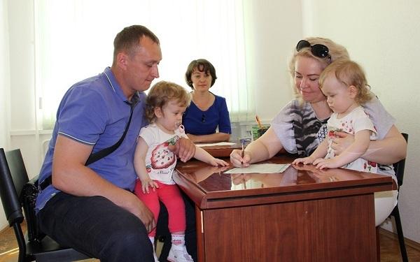 Пособие на первого ребенка: размер, кому положено и как получить, документы