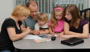 Социальное пособие и выплаты первоклассникам из многодетных семей в 2020 году: порядок оформления и условия получения, размер и расчет, документы и новости